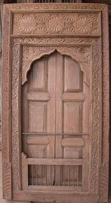 Puertas de una ventana. Labrada con herrajes